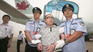 Một công dân Trung Quốc bị truy nã vì buôn lậu, hối lộ quan chức tham nhũng, bị dẫn độ từ Canada về Bắc Kinh.