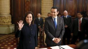 Los candidatos Sandra Torres y Jimmy Morales firman el acuerdo de transparencia, el 22 de octubre de 2015 en Ciudad de Guatemala.