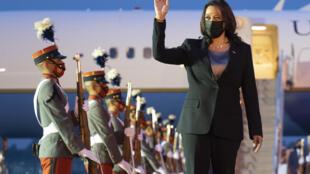Kamala Harris, vicepresidente de Estados Unidos, saluda a su llegada al Aeropuerto Internacional La Aurora, en la Ciudad de Guatemala, el 6 de junio de 2021.La vicepresidenta estadounidense Kamala Harris visitará Guatemala y México esta semana, llevando un mensaje de esperanza a una región golpeada por el Covid-19 y que es la fuente de la mayoría de los migrantes indocumentados que buscan entrar a los Estados Unidos.
