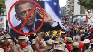 Manifestantes pró-Maduro exibem cartazes contra os Estados Unidos.