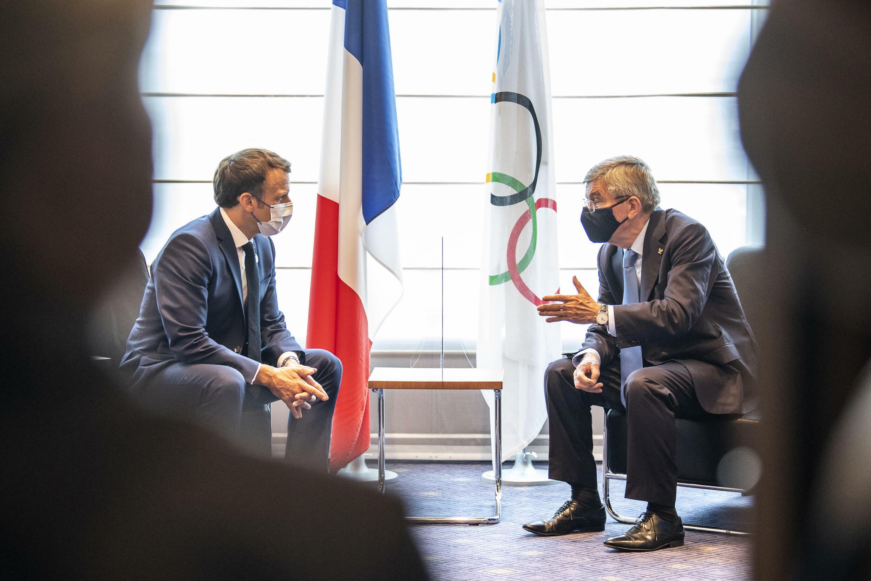 Президент Франции Эмманюэль Макрон (слева) и глава МОК Томас Бах в Токио, 23 июля 2021.