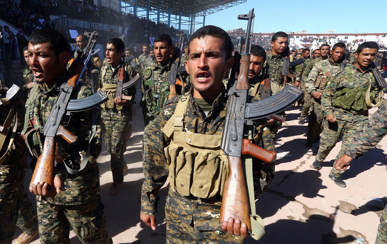 Des forces démocratiques syriennes (FDS) fêtent le premier anniversaire de la libération de Raqqa de l'Etat islamique, dans la ville syrienne, le 27 octobre 2018.