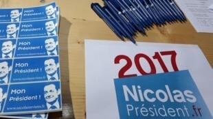 M. Sarkozy n'est encore candidat à rien, mais déjà les T-shirts, les stylos et les «stickers» à son effigie, avec la mention «2017» sont distribués dans les rassemblements du parti.