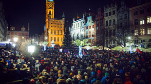 Des personnes manifestent contre la violence et la haine à la suite d'une attaque meurtrière contre Pawel Adamowicz, le maire de Gdansk, poignardé le 13 janvier 2019.