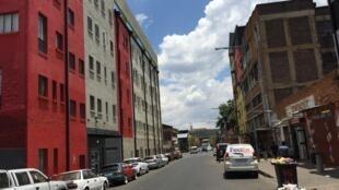 Au cœur du Central Business District (CBD) de Johannesburg, désaffecté et vidé de ses habitants dans les années 90, livré aux squatteurs et aux gangs, aujourd'hui objet d'un projet de régénération.