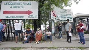 A Houston, au Texas, les ressortissants mexicains attendent en ligne pour se faire dépister.