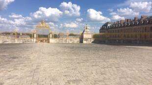 Dans la cour du château de Versailles.