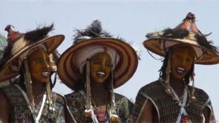 Des danseuses à la fête de la cure salée du Niger.