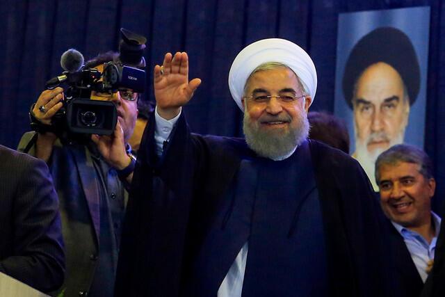 """حسن روحانی، رئیس جمهوری و نامزد انتخابات در سفر به کرمان بار دیگر تعهد کرد که برای حفاظت از """"حقوق شهروندی"""" و """"آزادی بیان"""" تلاش خواهد کرد. ٩ اردیبهشت/٢٩ آوریل ٢٠۱٧."""