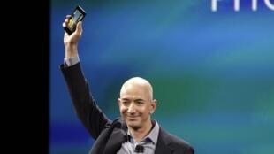Le PDG d'Amazon Jeff Bezos dévoile aux journalistes le smartphone conçu par sa firme, le «Fire Phone», le 18 juin à Seattle.
