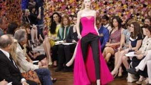 Creación del modista belga Raf Simons, nuevo director artístico de la casa Dior.
