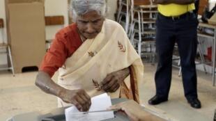 Opération de vote à l'Ile Maurice, en mai 2010.