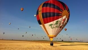 HK0809图片说明: 雪山狮子旗的热气球飞越欧洲上空,中国试图干预不果。(卫报图片)