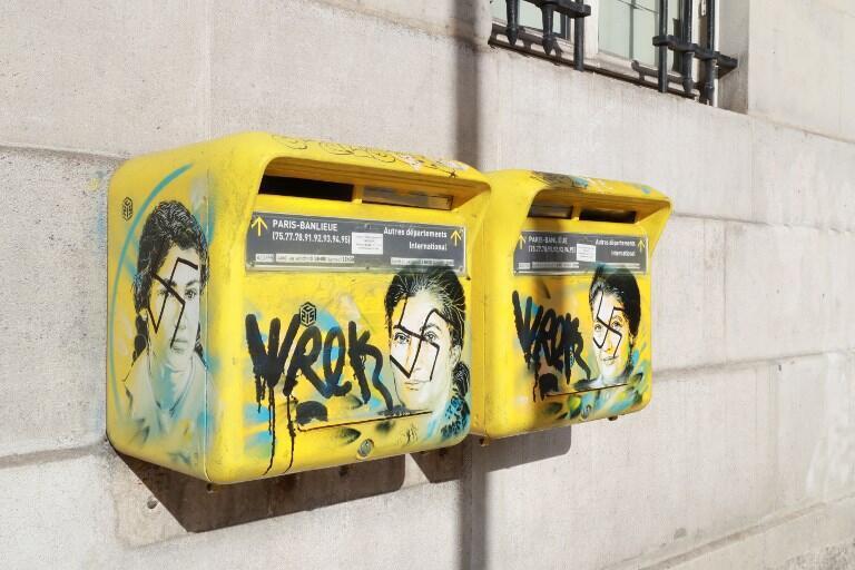 Caixas de correio com imagens de Simone Veil foram pichadas com suásticas.