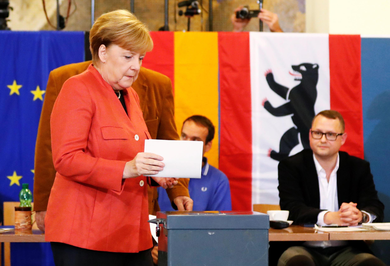 Канцлер Германии, лидер ХДС Ангела Меркель голосует на выборах в бундестаг в Берлине. 24 сентября 2017 г.