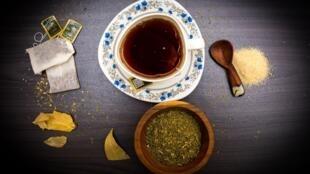Du thé kényan en infusion.