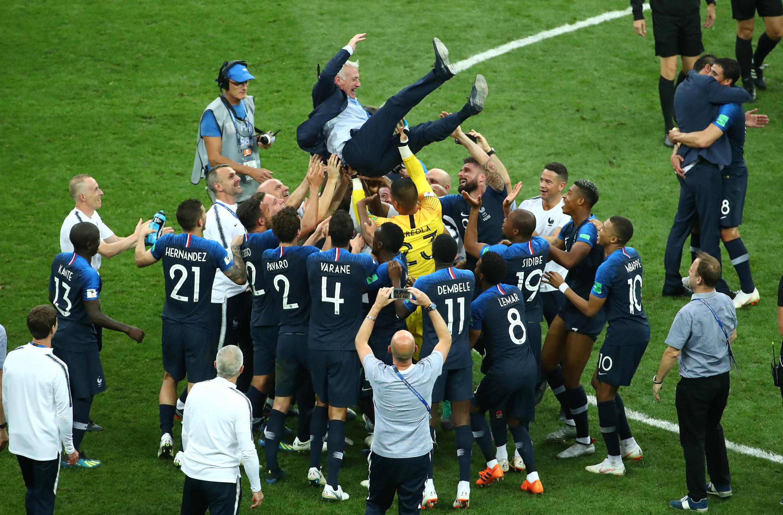 Французские игроки качают тренера Дидье Дешана после победы