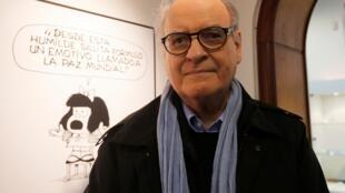 Le dessinateur argentin, Joaquin Lavado, dit Quino, devant son personnage de Mafalda, à Buenos Aires, en 2014.