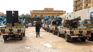 Un membre des forces pro-gouvernementales inspecte des véhicules confisqués aux partisans du maréchal Haftar, à l'ouest de Tripoli, le 5 avril 2019.