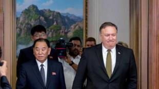 Mike Pompeo, le secrétaire d'Etat américain (d) et Kim Yong Chol, le bras droit du numéro un nord-coréen Kim Jong Un, le 7 juillet 2018,  à Pyongyang.