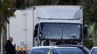 El camión blanco que atropelló a los peatones el 14 de julio de 2016 en Niza.