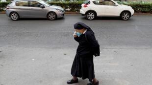 Dans une rue de Rome, en Italie, pays où l'épidémie a fait 194 morts en 24 heures, contre 243 la veille, ce qui amène le bilan total à 30395 morts.