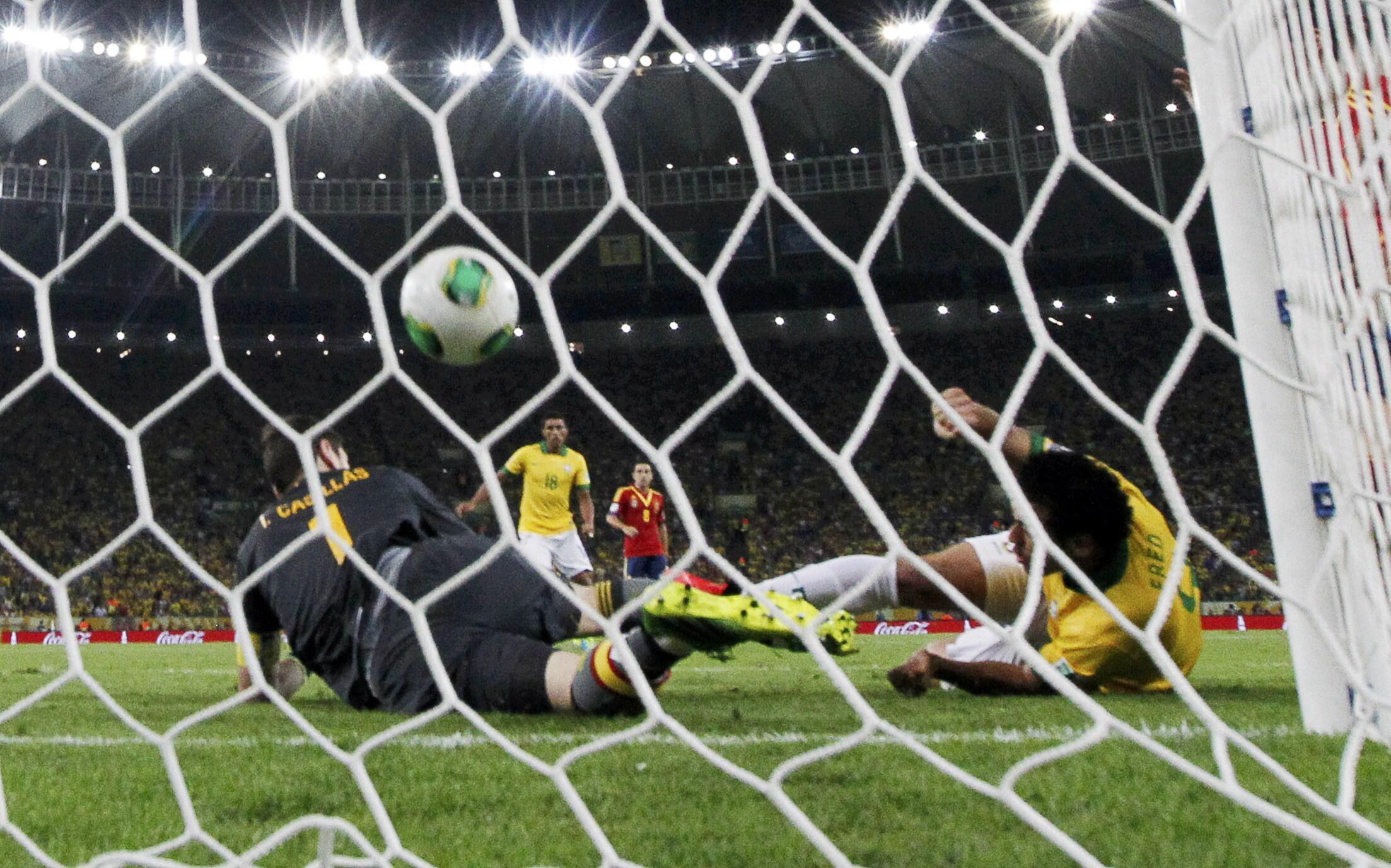 Le Brésilien Fred frappe un ballon en étant à terre et ouvre le score face à l'Espagne.