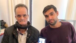 Jurandir e Thiago Silva, pai e irmão de Franciele Alves da Silva, assassinada em setembro de 2020, mostram captura de tela de uma conversa da vítima com o seu pai, quando ela passava em frente à Torre Eiffel, em Paris. Na foto no celular, Franciele carregava duas rosas, uma branca e uma vermelha, e mostrava a Torre ao seu pai.
