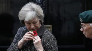 """Waziri mkuu wa Uingereza, Theresa May akivaa """"Poppies"""" baada ya kununua, Fifa imepiga marufuku ua hili kuwekwa kwenye jezi za timu ya taifa, London, October 31, 2016."""