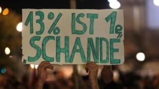 Dimanche soir après l'annonce des résultats des législatives, un manifestant a brandi un panneau sur lequel on peut lire «13%, c'est une honte».