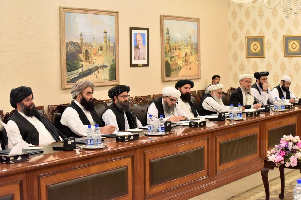 هیئت گروه طالبان به رهبری ملاعبدالغنی برادر، رییس دفتر سیاسی طالبان در قطر (نفر سوم از سمت چپ)، در وزارت امور خارجه پاکستان در اسلام آباد. پنجشنبه ١١ مهر/ میزان - ٣ اکتبر ٢٠۱٩