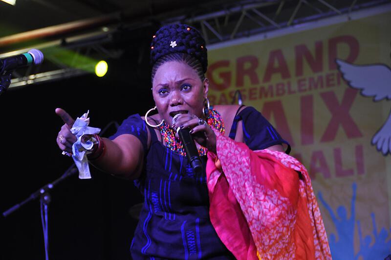 La chanteuse Fantani Touré, décédée le 3 décembre 2014. Ici en 2012, lors du Grand rassemblement pour la Paix au Mali, à Montreuil, en 2012.