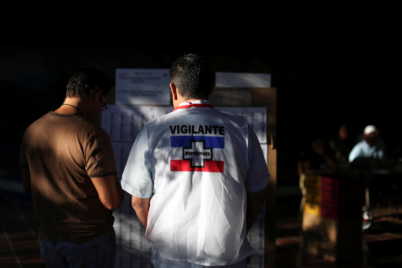 Un miembro del partido ARENA observa el proceso electoral en un puesto de votación en San Salvador.