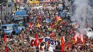 Les manifestations contre la réforme des retraites ont mobilisé des miliers de personnes partout en France. Ici, une rue de Marseille occupée par les manifestants.