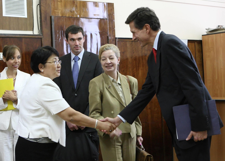 Зам. госсекретаря США по Средней Азии Роберт Блейк встречается с ВРИО президента Киргизии Розой Отунбаевой 19 июня 2010 года