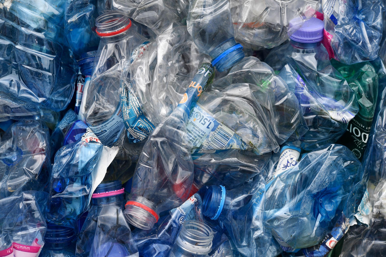"""El texto, de una quincena de artículos, promete una """"guerra al plástico"""" en un país que sólo recicla el 20% de este material y de los cuales """"10.000 toneladas terminan en el Mediterráneo"""", según Bruno Poirson."""
