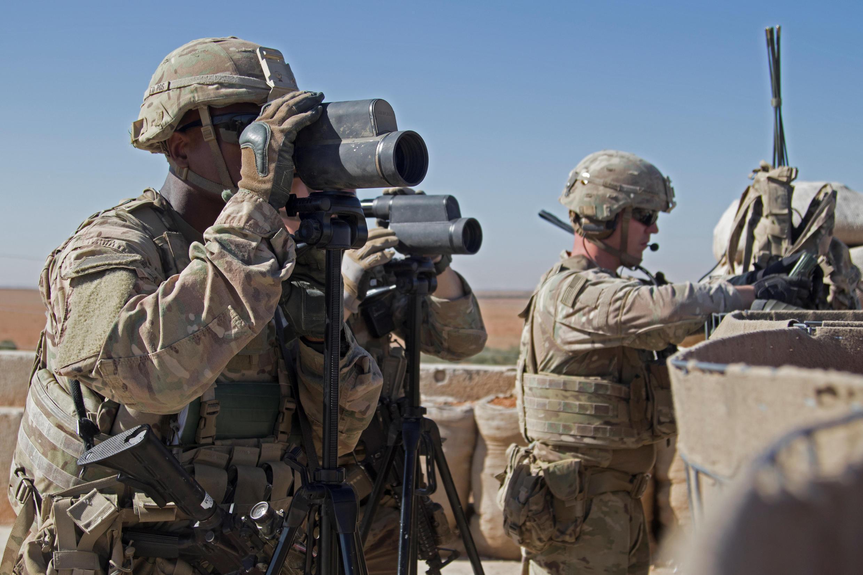 Lính Mỹ quan sát trận địa trong một cuộc hành quân hỗn hợp tại Manbij, Syria, ngày 01/11/2018.