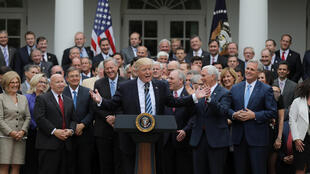 Rais wa Marekani Donald Trump  akiwa na wabunge wa Republican katika Ikulu ya White House baada ya kupitishwa kwa mswada wa kutupilia mbali bima ya afya ya Obamacare