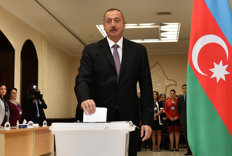 Президент Азербайджана Ильхам Алиев проголосовал на референдуме по внесению поправок в Конституцию, Баку, 26 сентября 2016.