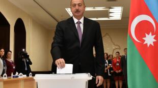 ប្រធានាធិបតីអាស៊ែរបៃហ្ស៊ន់ Ilham Aliyev ក្នុងការបោះឆ្នោតប្រជាមតិ កាលពីខែកញ្ញា