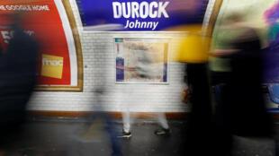 En Paris, en la estacion de métro Duroc se puede leer «DUROCK Johnny» en memoria de la estrela de rock Johnny Hallyday.