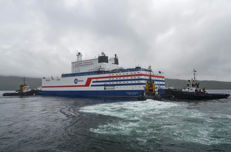 Nhà máy điện hạt nhân nổi của Nga Akademik Lomonosov rời cảng Rosatomflot, ngày 23/08/2019.