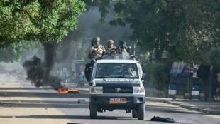 Des policiers tchadiens patrouillent à Ndjamena lors d'une manifestation le 27 avril 2021 (image d'illustration).