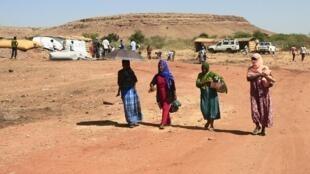 Des réfugiées éthiopiennes ayant fuit les combats dans le Tigré ramènent des vivres dans un camp soudanais, le 18 novembre 2020.