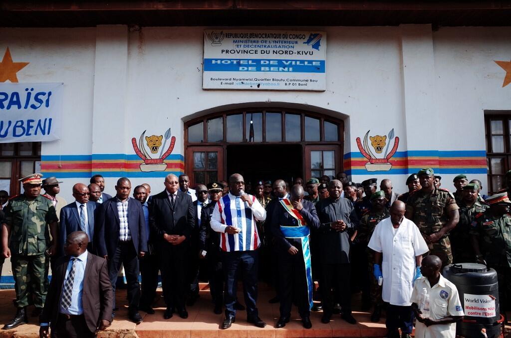 Rais wa DRC Félix Tshisekedi (katikati) akihutubia umati wa watu uliokusanyika mbele ya manispaa ya jiji la Beni, Aprili 16, 2019.