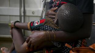 Uma mulher dá de mamar ao filho de 1 ano que foi alvejado numa perna enquanto a mãe o levava ao colo da fuga de Palma, na quarta-feira, Pemba, em Moçambique. 29/03/21