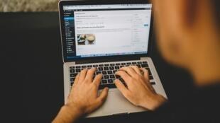 Juízes sancionam o monitoramento de e-mails privados no trabalho.