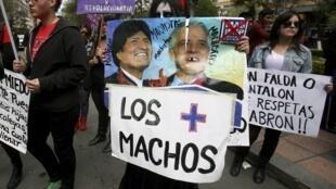Des militants des droits des femmes brandissant une affiche avec les photos du président bolivien Evo Morales et du vice-président Alvario Garcia Linera avec la mention «les plus machistes», le 1er septembre à La Paz.