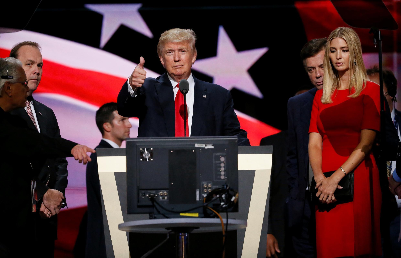 Ông Rick Gates (thứ 2 từ trái) trong chiến dịch tranh cử của ông Donald Trump tại Cleveland năm 2016.