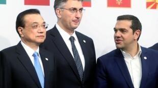 Thủ tướng Croatia Andrej Plenkovic đứng giữa đồng nhiệm TQ Lý Khắc Cường (trái) và Hy Lạp Alexis Tsipras. Athens vừa gia nhập câu lạc bộ 17+1. Ảnh ngày 12/04/2019.